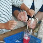 Gipspulver zum Farbe-Wasser-Gemisch hinzufügen